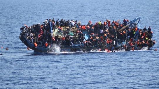 fluechtlinge-auf-einem-boot-im-mittelmeer-im-vergangenen-monat-italienische-schiffe-mussten-sie-anschliessend-retten-.jpg
